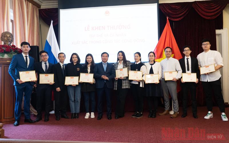 Khen thưởng cá nhân xuất sắc trong công tác cộng đồng người Việt tại LB Nga -0