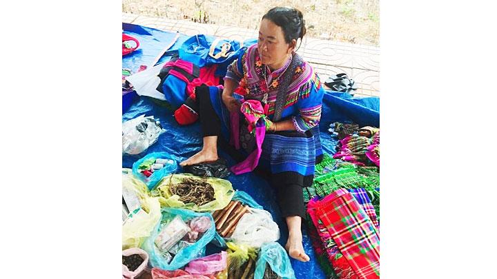 Đi chợ của người H'Mông ở Tây Nguyên -0