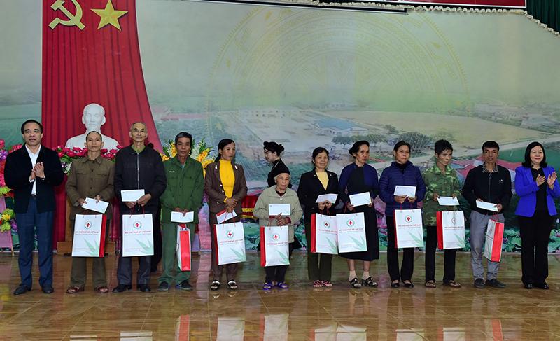 Đồng chí Trương Thị Mai thăm và tặng quà tại Tuyên Quang -0