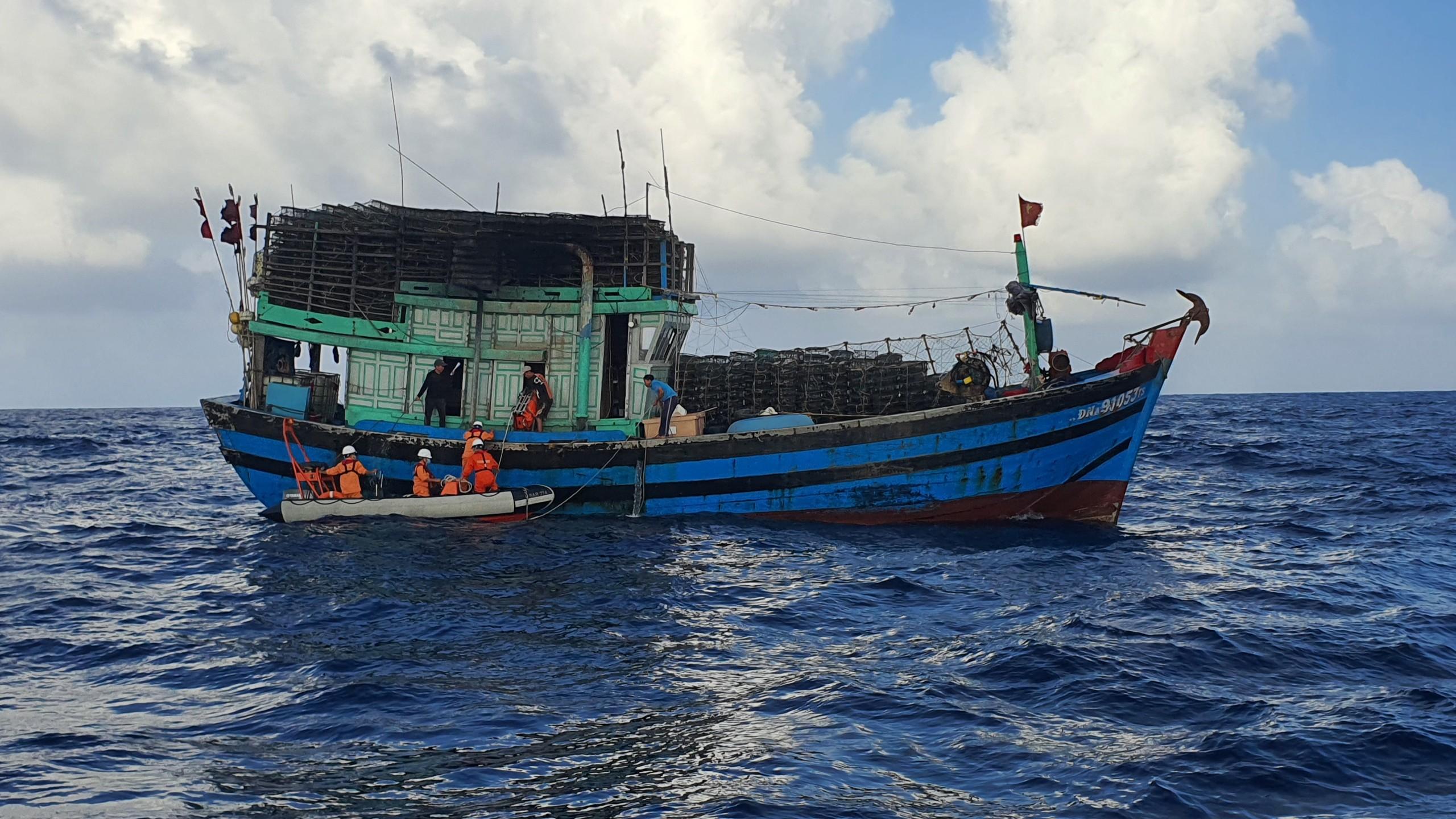 Cứu ngư dân bị đa chấn thương vùng mặt do tai nạn lao động trên biển -0