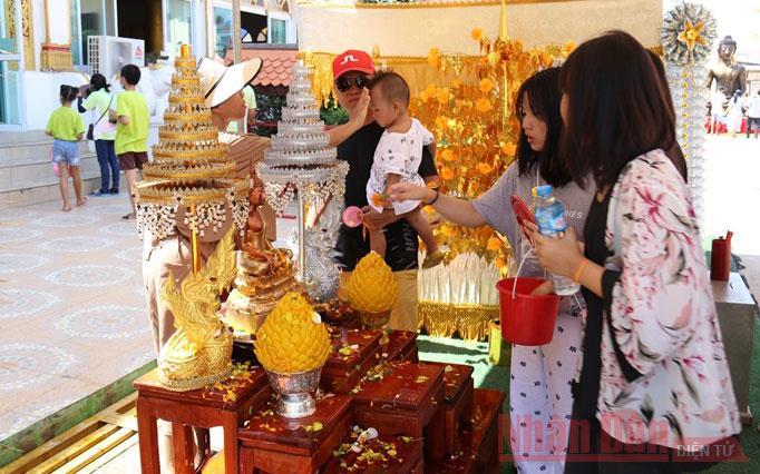 Tết cổ truyền Bun Pi Mày 2564 tại Lào -0
