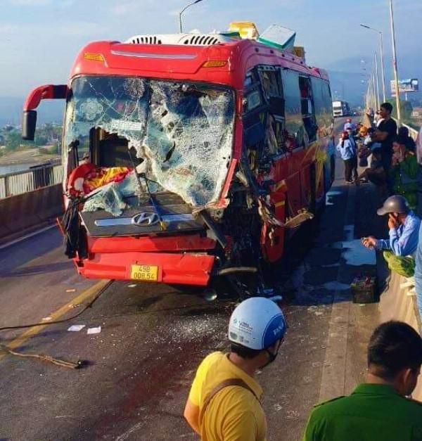 Hai xe đâm nhau trên cầu Gianh, Quốc lộ 1A tắc nhiều giờ -0