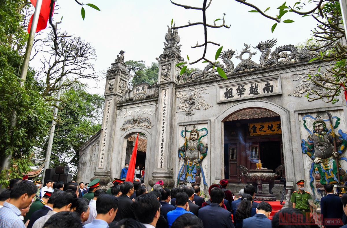 Hàng vạn du khách về tri ân công đức Vua Hùng -0