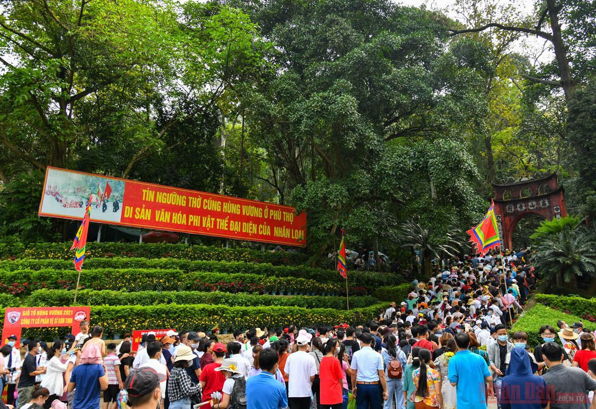 Hàng vạn du khách về tri ân công đức Vua Hùng -2