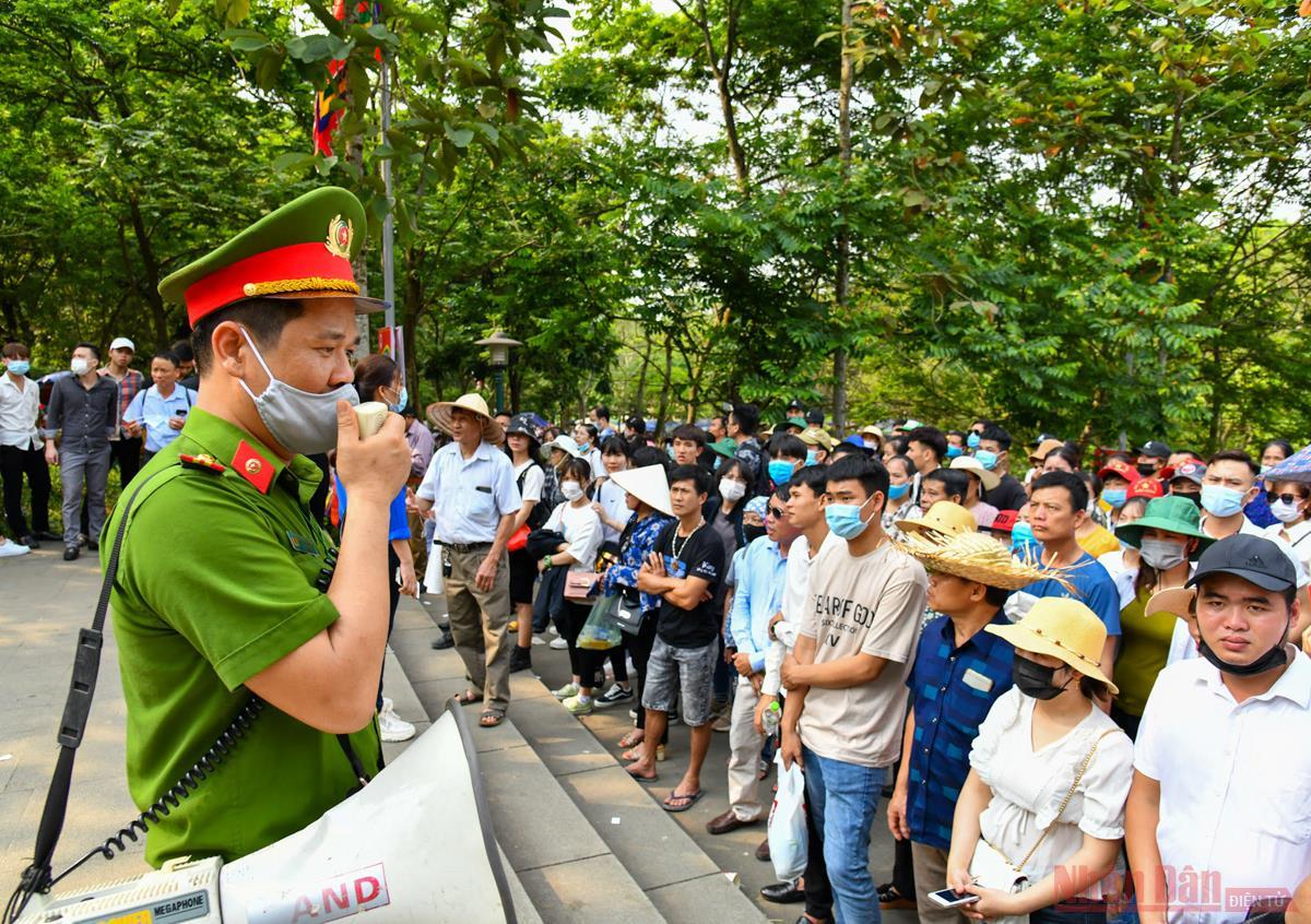 Hàng vạn du khách về tri ân công đức Vua Hùng -1