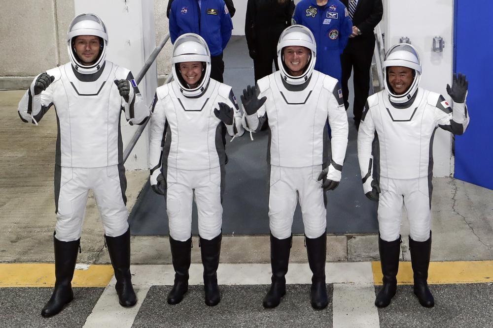 Tàu tên lửa của SpaceX phóng bốn phi hành gia lên trạm vũ trụ -0