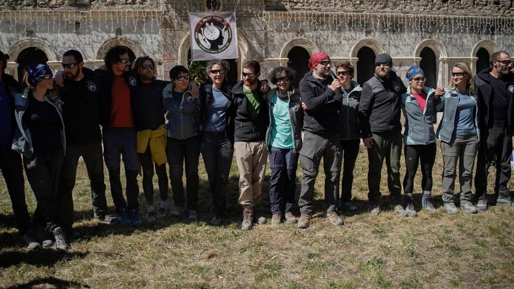 15 người vượt qua thử thách 40 ngày trong hang tối -0