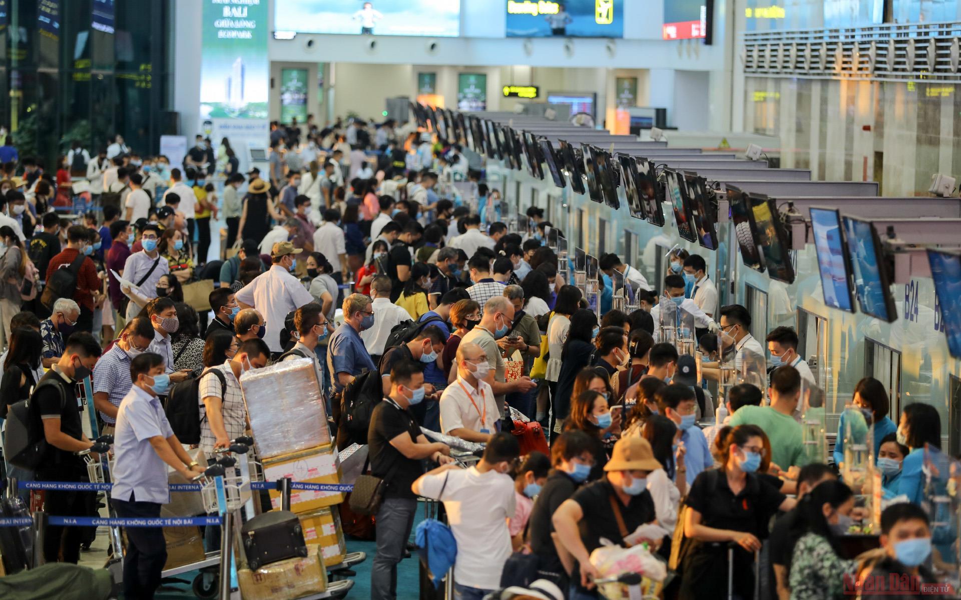 Sân bay Nội Bài đông nghẹt người rời thủ đô đi nghỉ lễ 30-4 và 1-5 -0