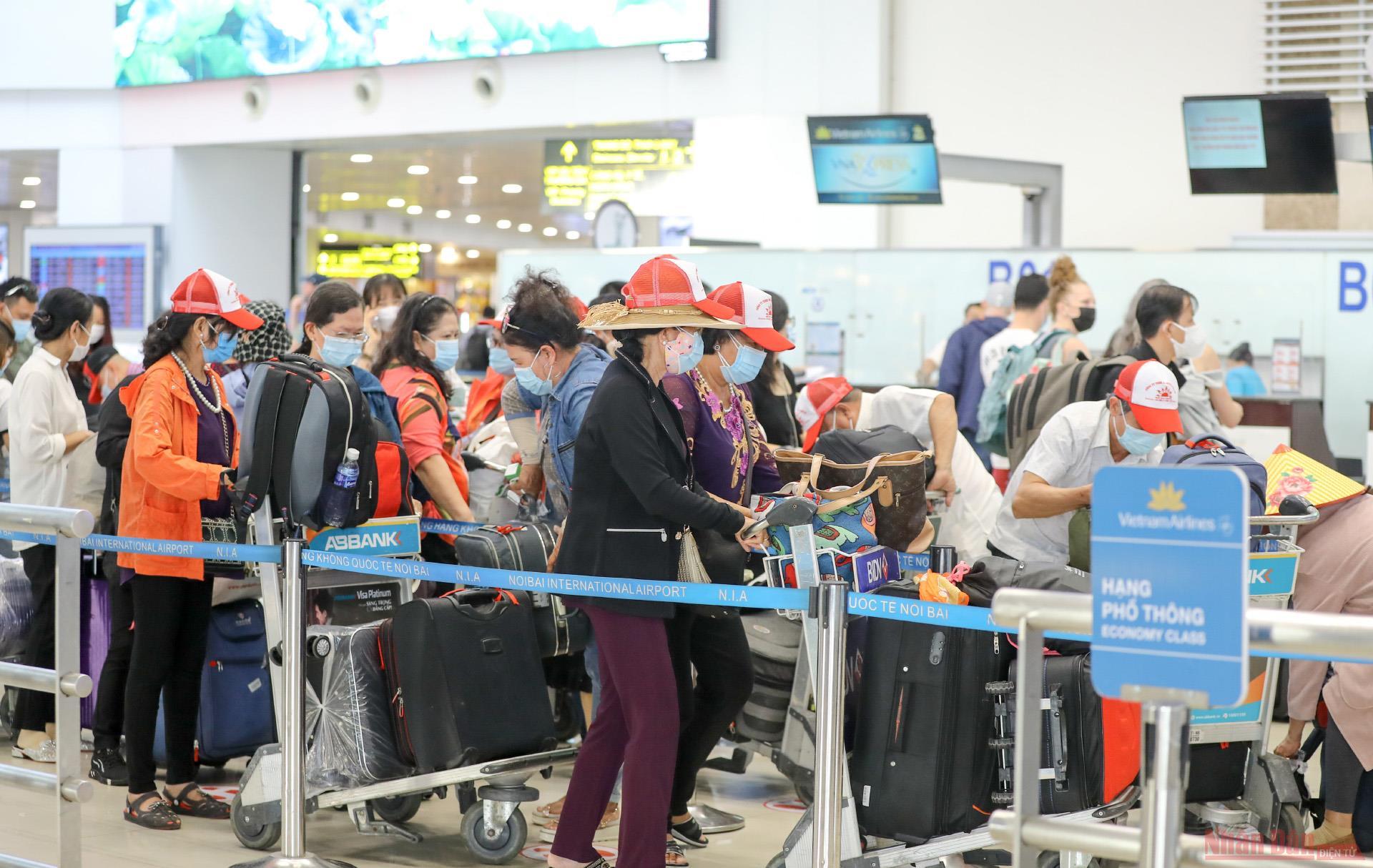 Sân bay Nội Bài đông nghẹt người rời thủ đô đi nghỉ lễ 30-4 và 1-5 -1