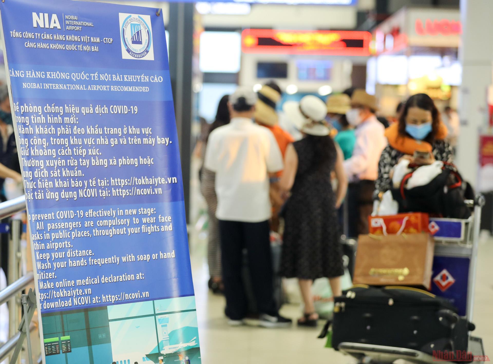Sân bay Nội Bài đông nghẹt người rời thủ đô đi nghỉ lễ 30-4 và 1-5 -2