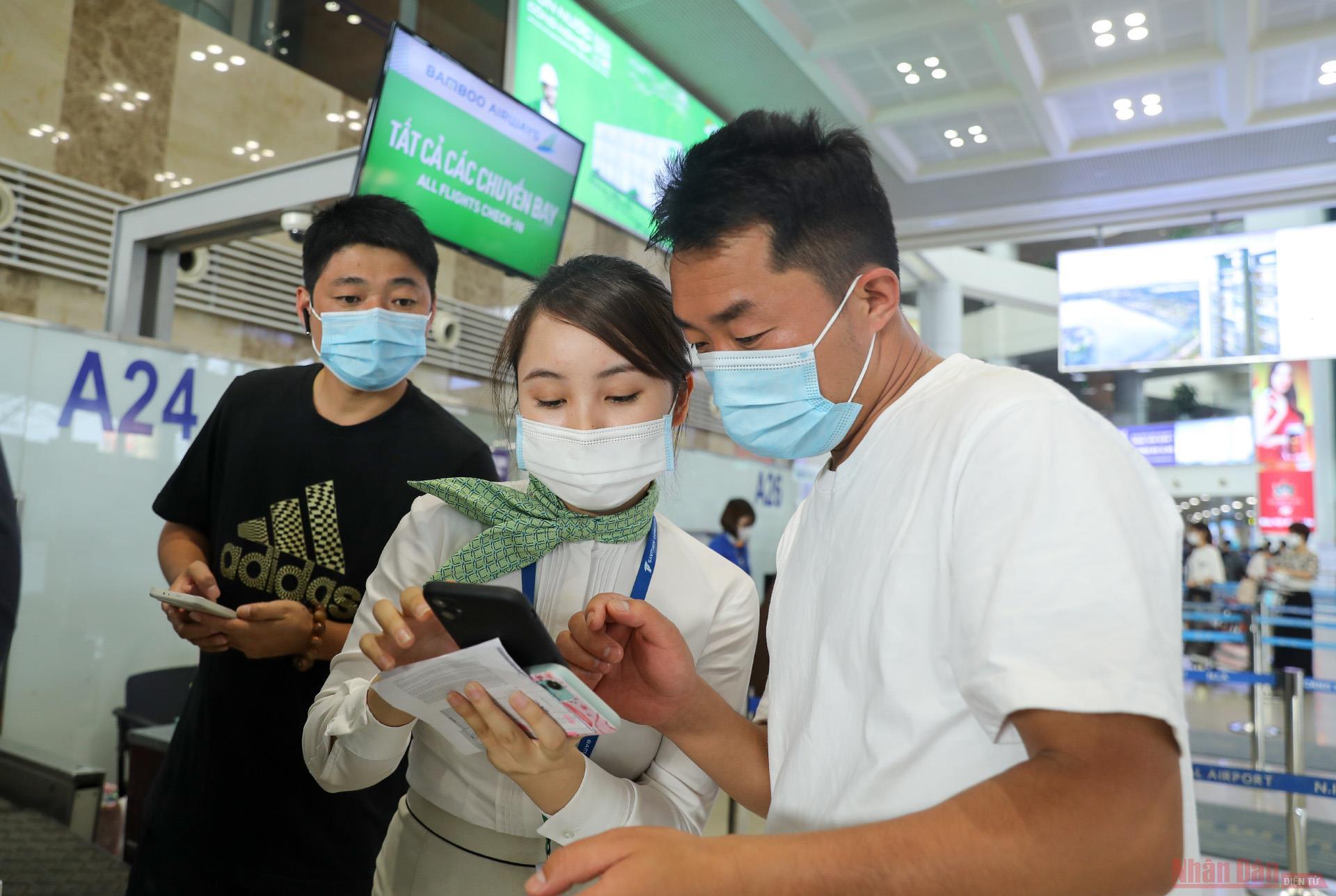 Sân bay Nội Bài đông nghẹt người rời thủ đô đi nghỉ lễ 30-4 và 1-5 -3
