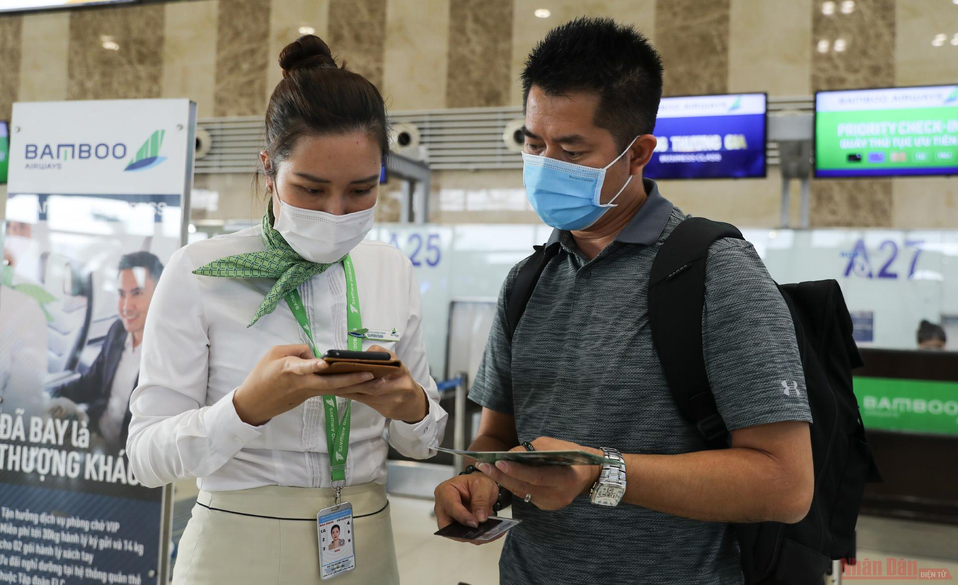 Sân bay Nội Bài đông nghẹt người rời thủ đô đi nghỉ lễ 30-4 và 1-5 -4