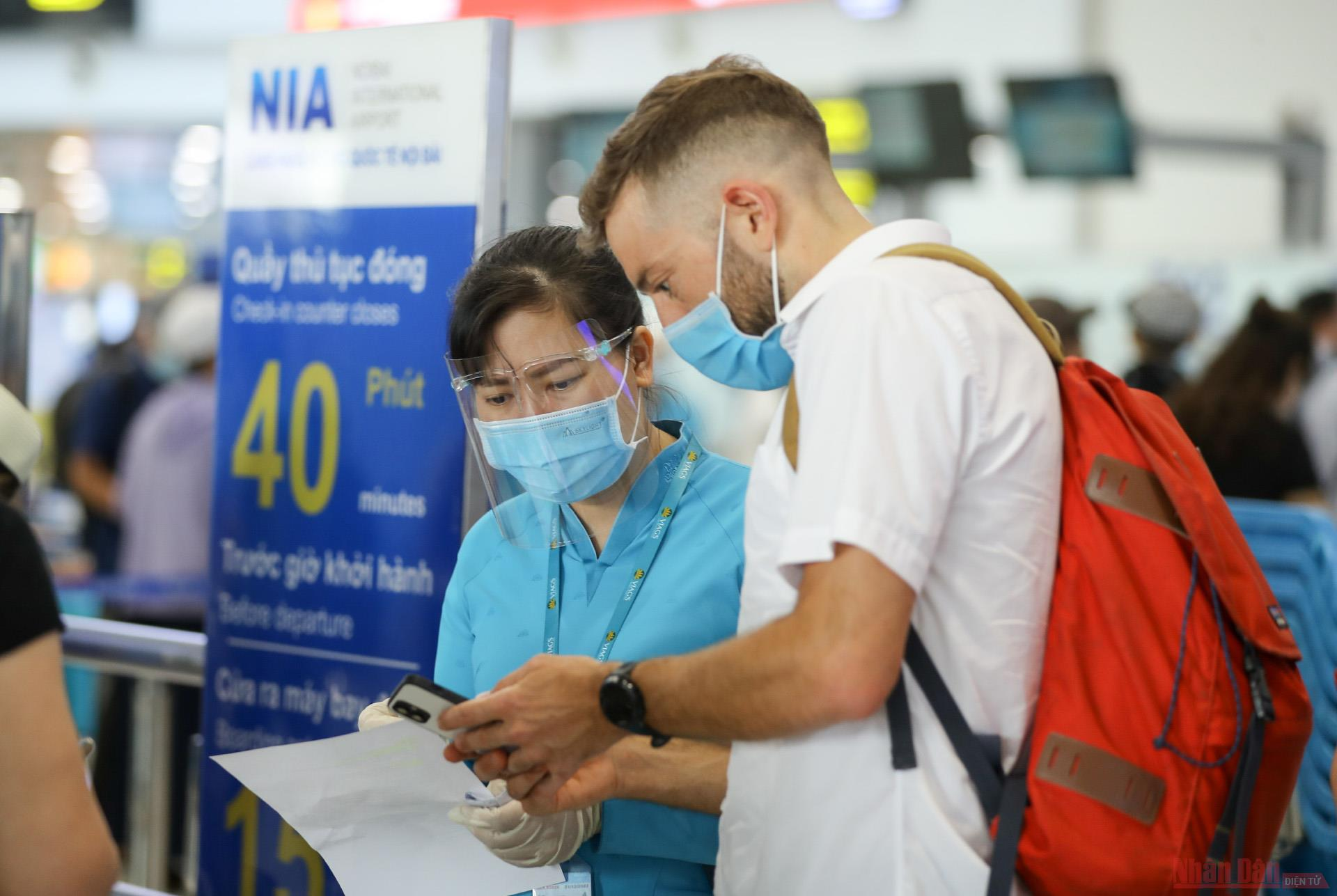 Sân bay Nội Bài đông nghẹt người rời thủ đô đi nghỉ lễ 30-4 và 1-5 -5