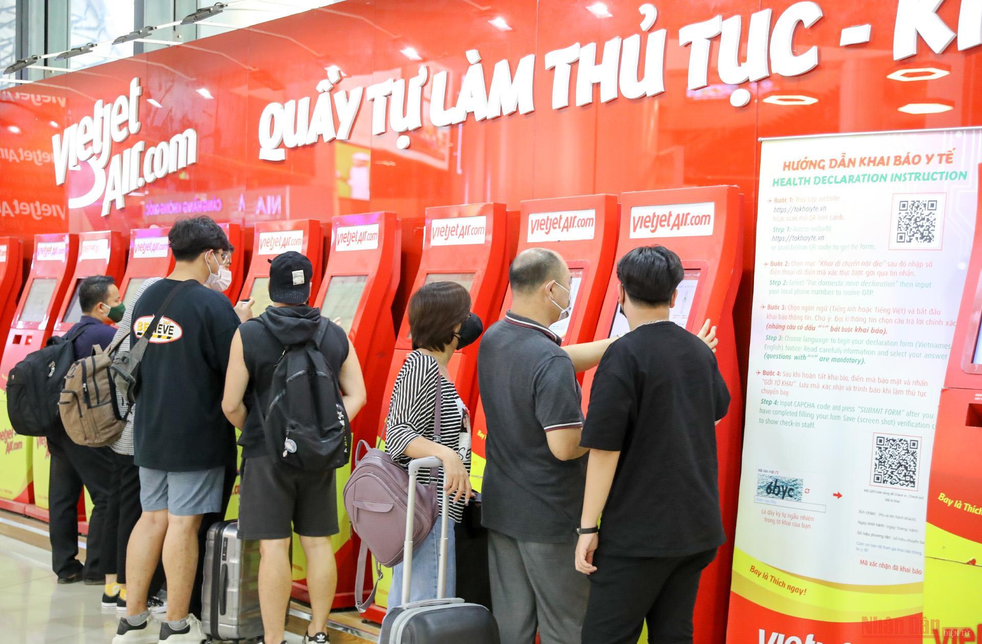 Sân bay Nội Bài đông nghẹt người rời thủ đô đi nghỉ lễ 30-4 và 1-5 -6