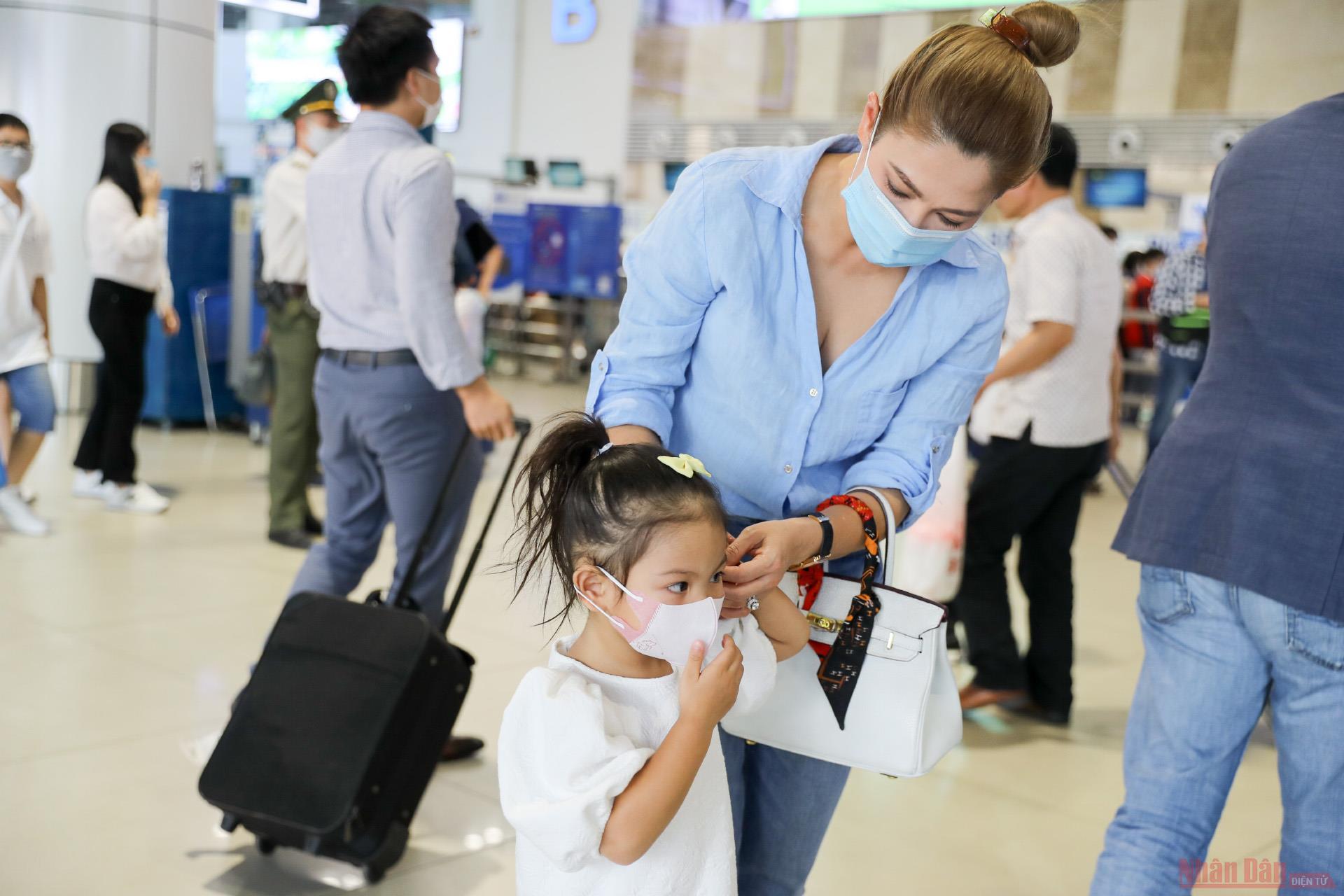 Sân bay Nội Bài đông nghẹt người rời thủ đô đi nghỉ lễ 30-4 và 1-5 -8