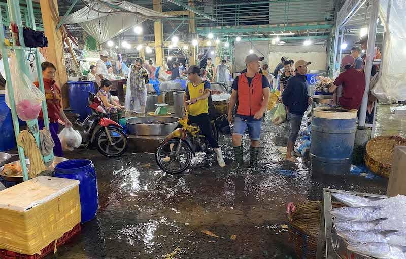 Chợ đầu mối thuỷ hải sản ở An Giang xả thải trực tiếp ra sông Hậu -0