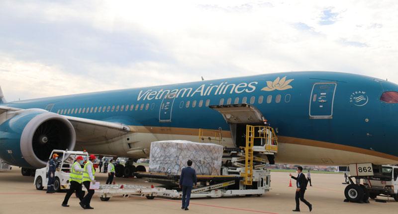 Việt Nam trao tặng 500.000 USD và vật tư, thiết bị y tế hỗ trợ Lào ứng phó dịch Covid-19 -0