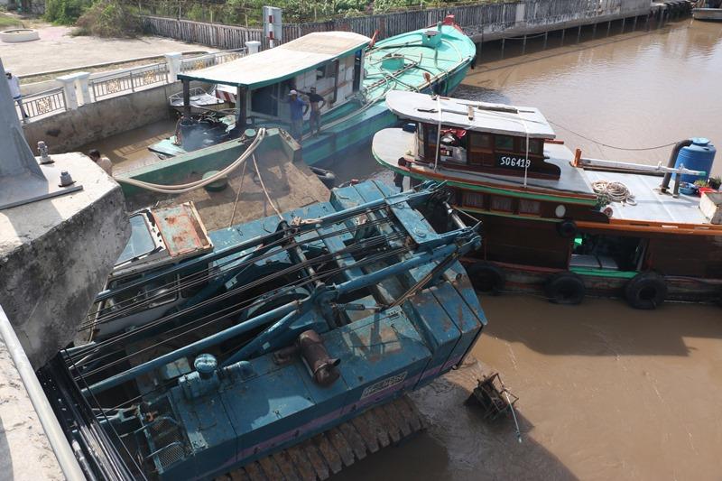 Sà-lan bị chìm tại Bạc Liêu, gây ách tắc giao thông -0