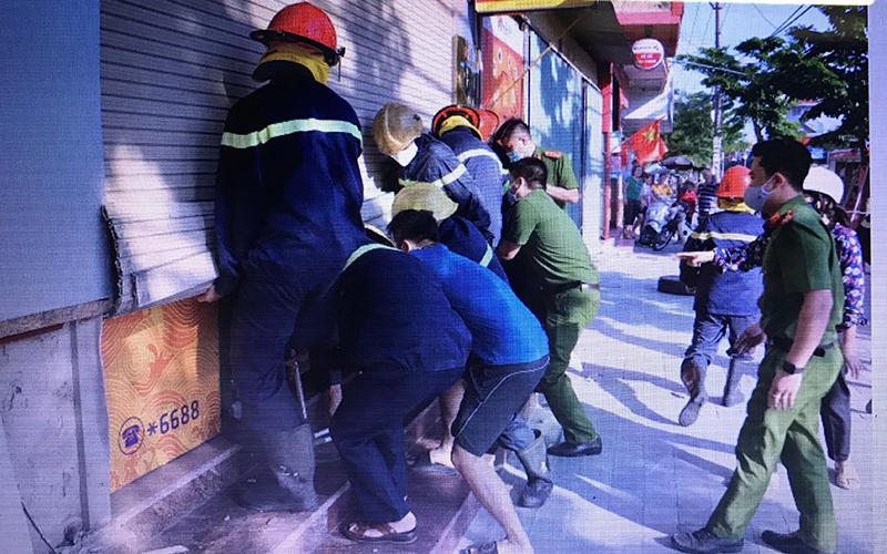 Cứu thành công bốn người mắc kẹt trong đám cháy ngân hàng