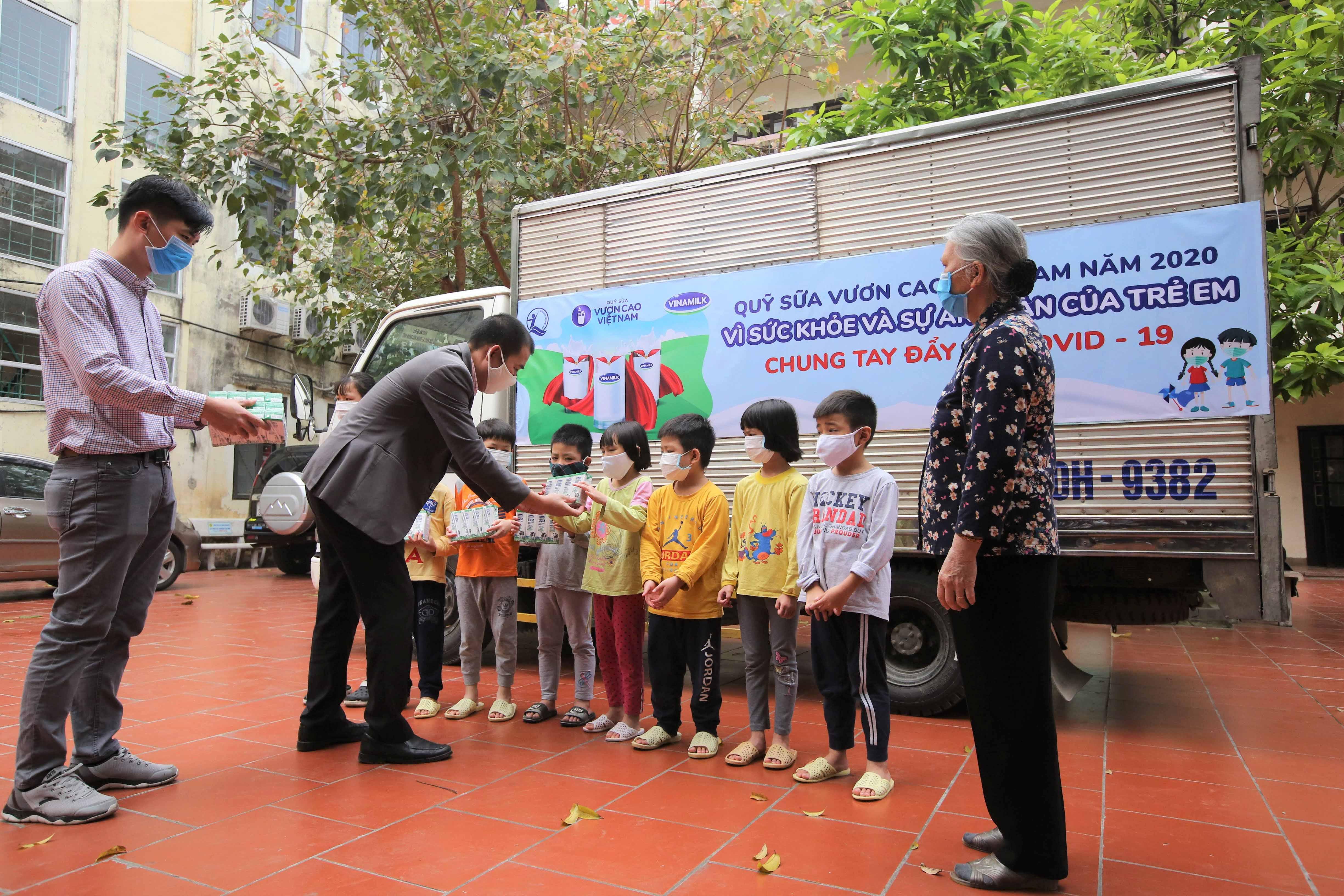 Quỹ sữa Vươn cao Việt Nam trao tặng 1,7 triệu hộp sữa hỗ trợ trẻ em có hoàn cảnh khó khăn trong dịch Covid-19 -0