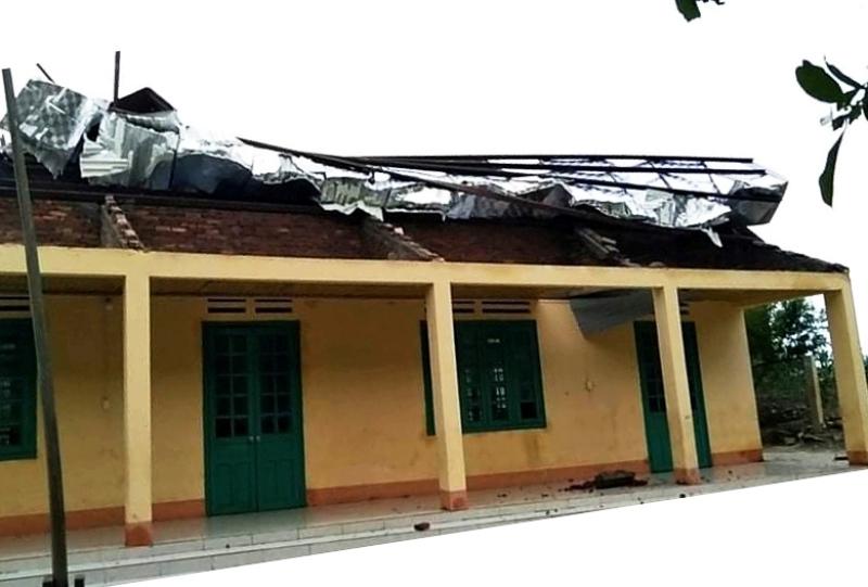 Mưa lớn kèm lốc xoáy làm hai người bị thương, gần 70 nhà dân bị hư hại -0