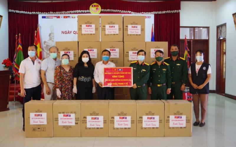 Binh đoàn 11 trao 200 triệu kíp Lào giúp Lào chống Covid-19 -0