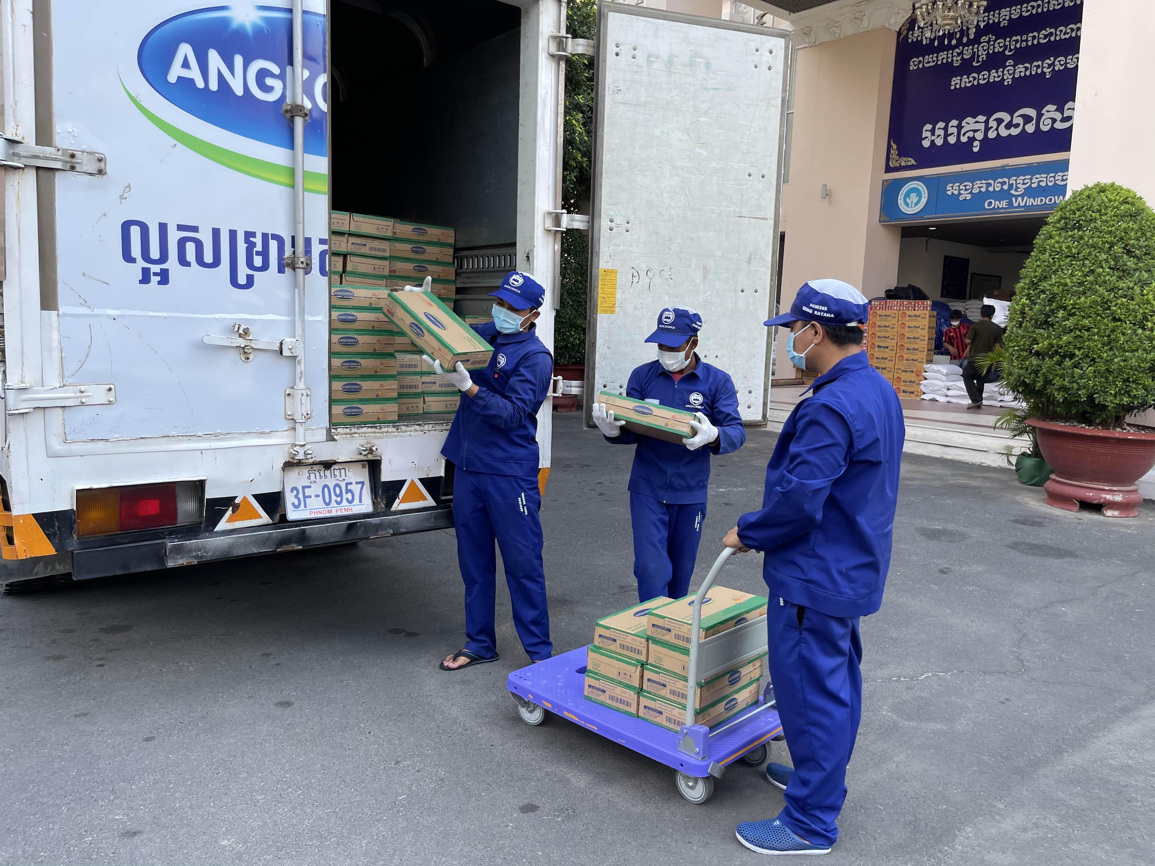 Vinamilk và Angkormilk hỗ trợ sữa cho người dân và trẻ em Campuchia trong vùng Covid-19 -0