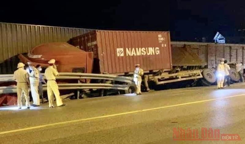 """Nam Định: Xe container """"leo"""" lên đường ray, bị tàu hàng tông trúng -0"""