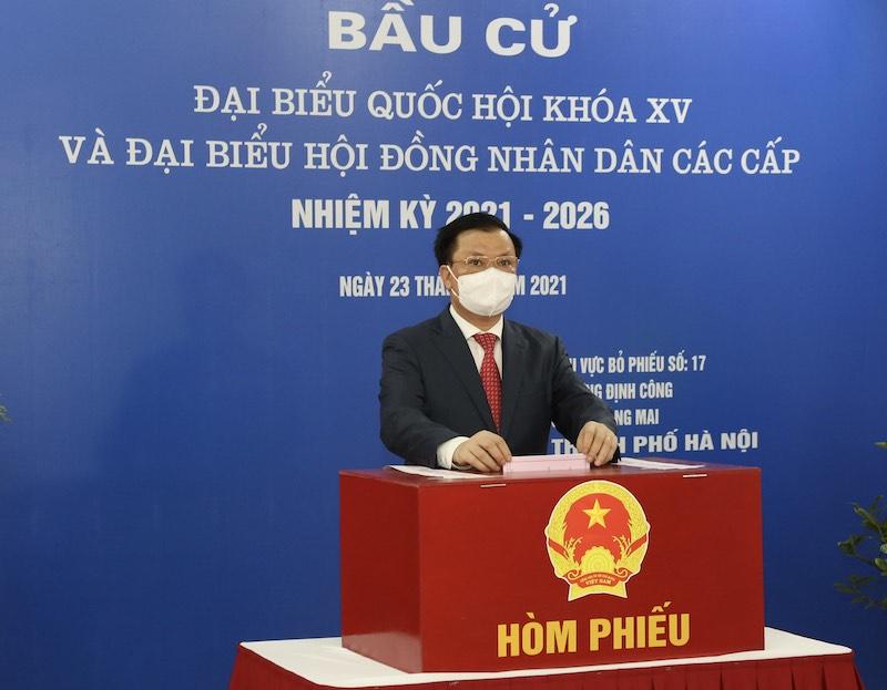 Đồng chí Đinh Tiến Dũng, Uỷ viên Bộ Chính trị, Bí thư Thành uỷ bỏ phiếu bầu cử. Ảnh: Duy Linh -0
