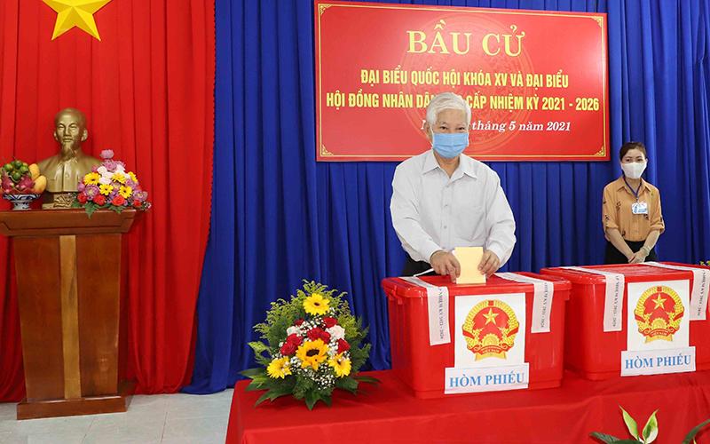 Nguyên Chủ tịch nước Nguyễn Minh Triết bỏ phiếu bầu cử ở Bình Dương -0
