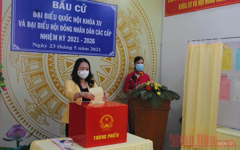 Phó Chủ tịch nước bỏ phiếu bầu cử ở An Giang -0