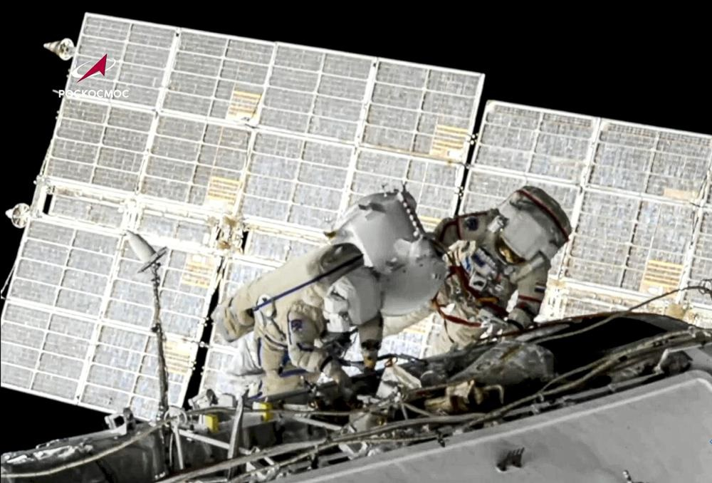 Hai nhà du hành vũ trụ Nga đi bộ ngoài không gian hơn 7 tiếng đồng hồ -0