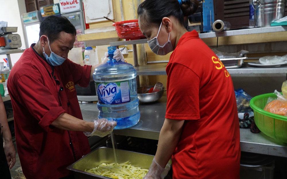 Các đầu bếp chuyên nghiệp tặng suất ăn yêu thương tới y bác sĩ tuyến đầu chống dịch. -0