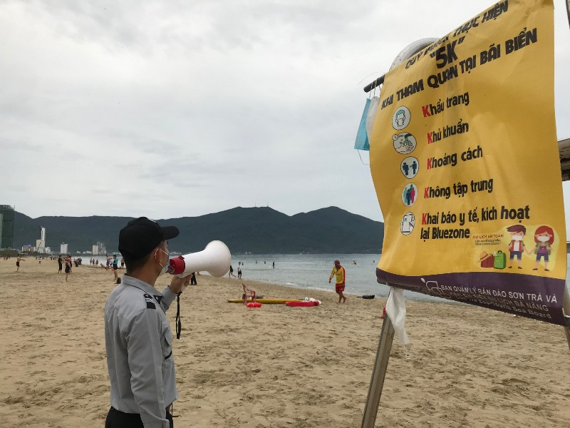 Người dân Đà Nẵng tắm biển tuân thủ 5K -0