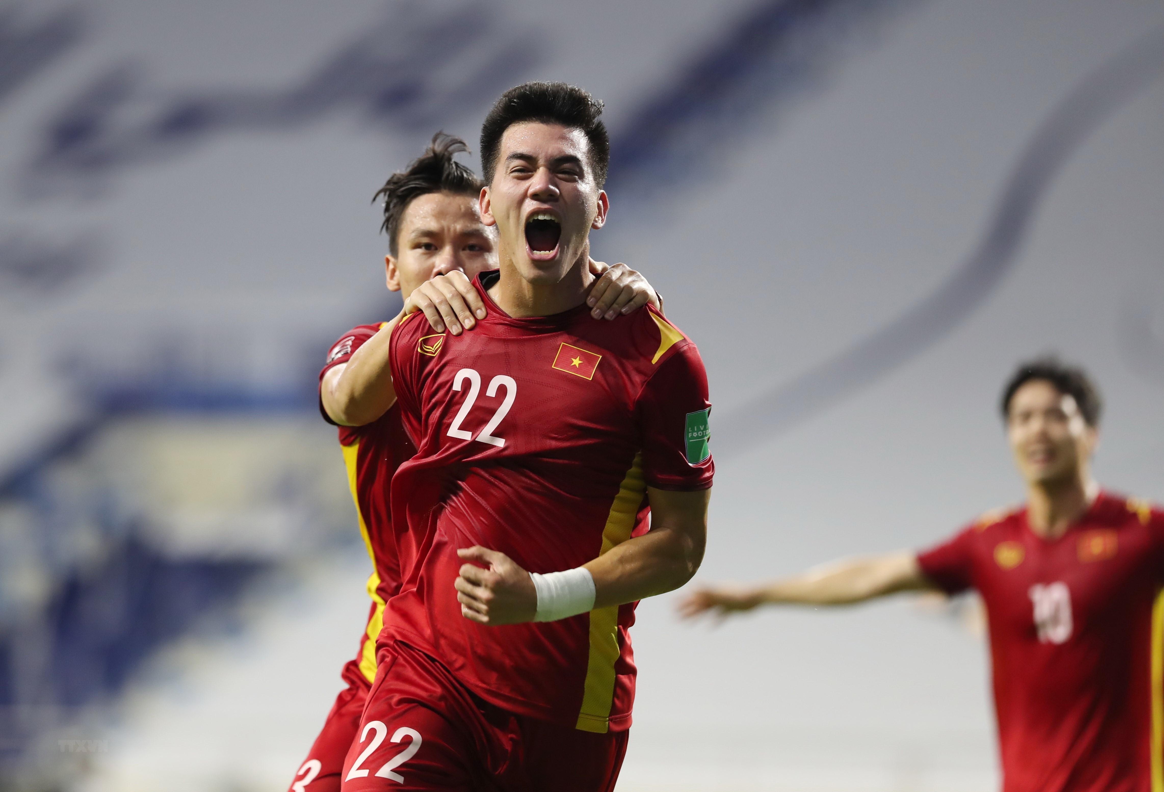 Thắng Malaysia 2-1, đội tuyển Việt Nam củng cố ngôi đầu bảng