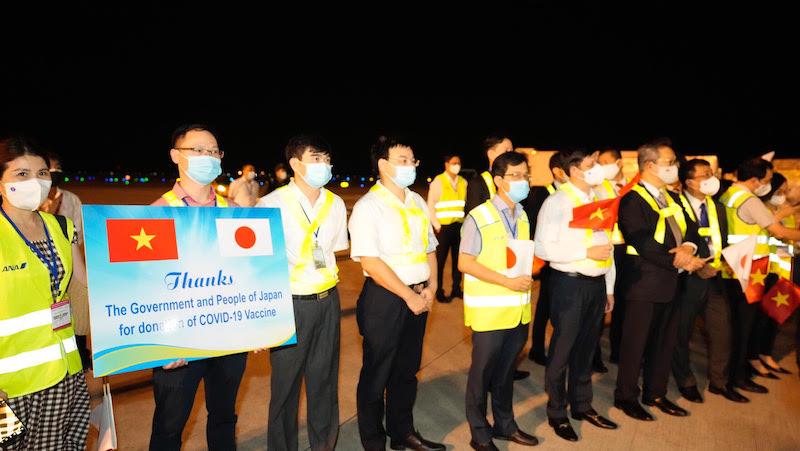 Chuyến bay chở gần 1 triệu liều vaccine do Nhật Bản viện trợ hạ cánh tại Nội Bài -0