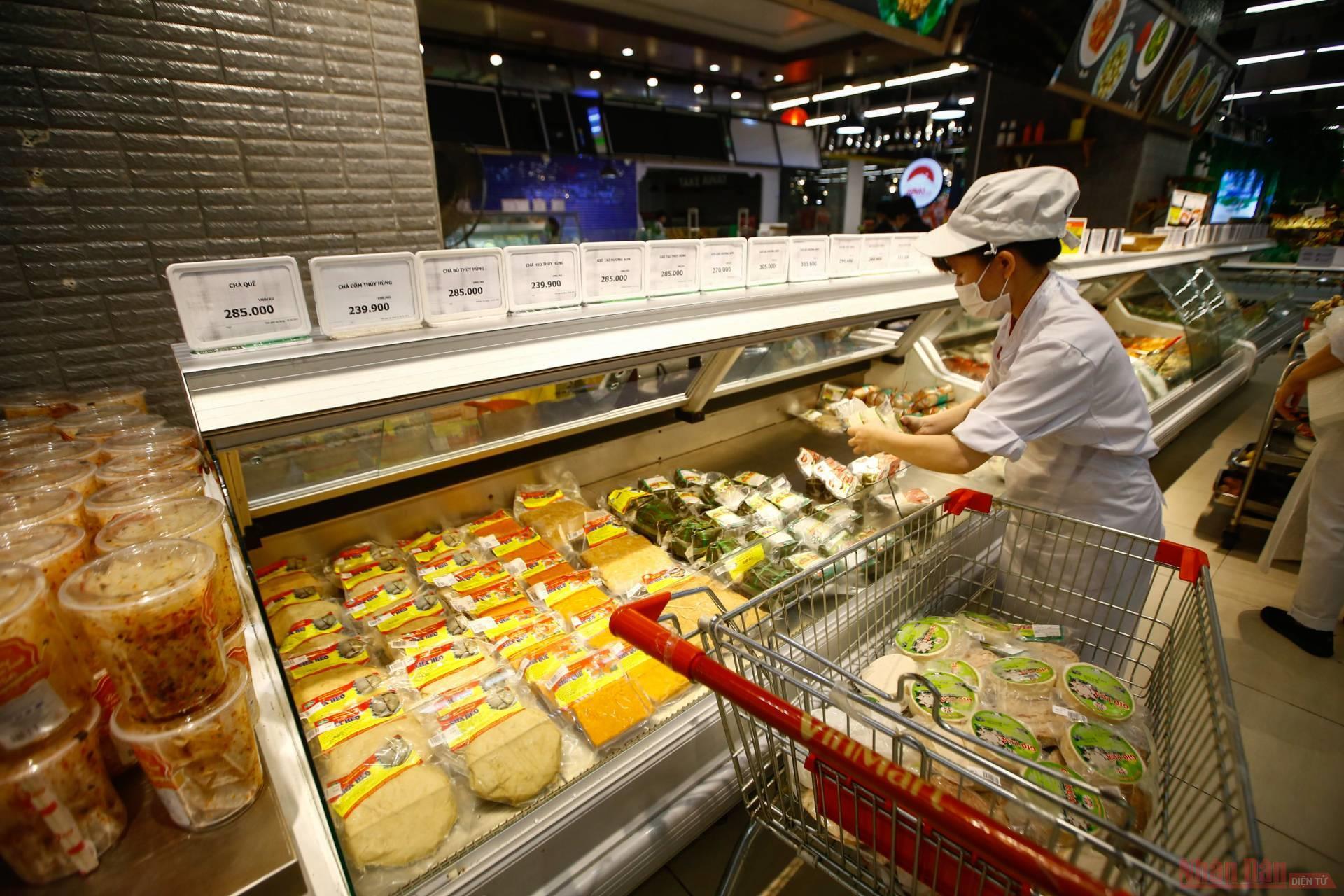 Hà Nội: Hàng hóa siêu thị dồi dào, chợ dân sinh không thiếu hàng tươi sống -0