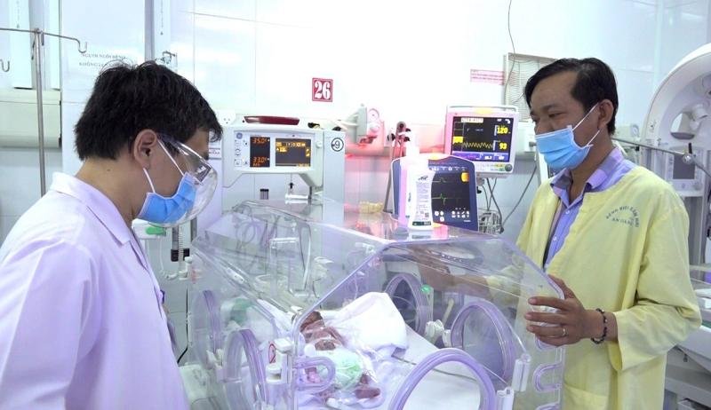 Thượng úy công an giúp sản phụ mang song thai vượt cạn -0