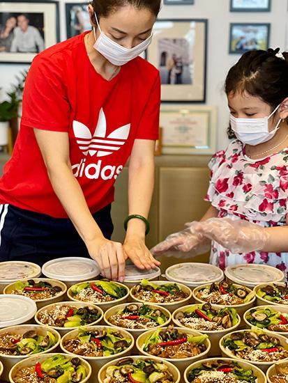 Các hoa hậu nấu cơm tặng bệnh viện -0