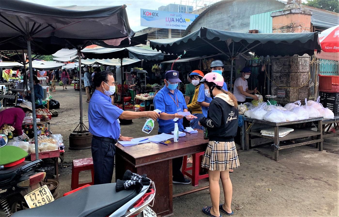 Người dân thành phố Buôn Ma Thuột bắt đầu đi chợ bằng phiếu -0