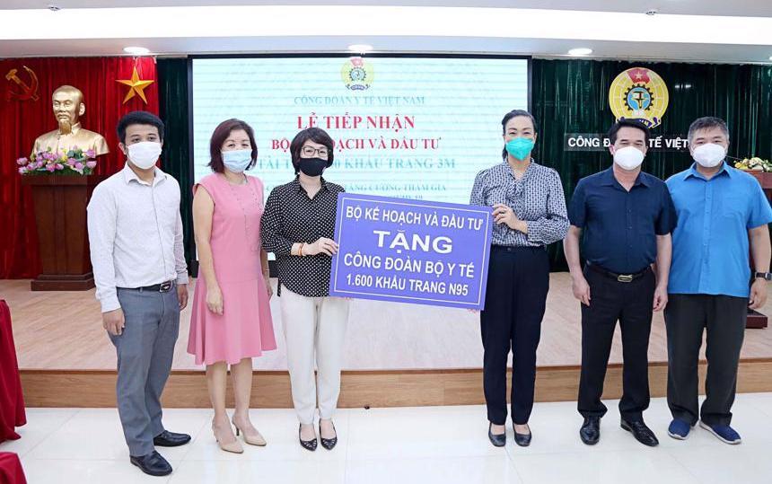 Bộ Kế hoạch và Đầu tư trao tặng khẩu trang cho cán bộ y tế tuyến đầu -0