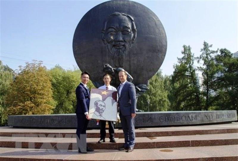Sinh viên Việt Nam tại Nga dâng hoa tại tượng đài Chủ tịch Hồ Chí Minh -0