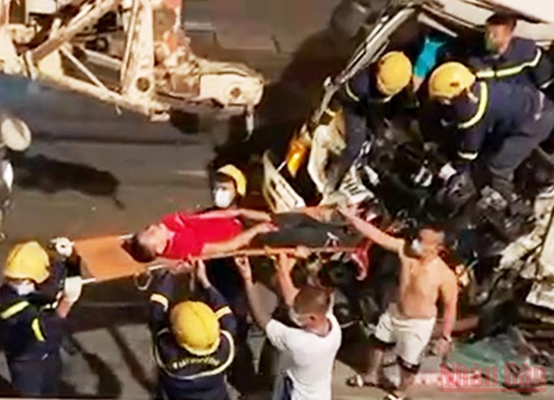 Cứu lái xe sau tai nạn giao thông ở Thanh Hóa -0