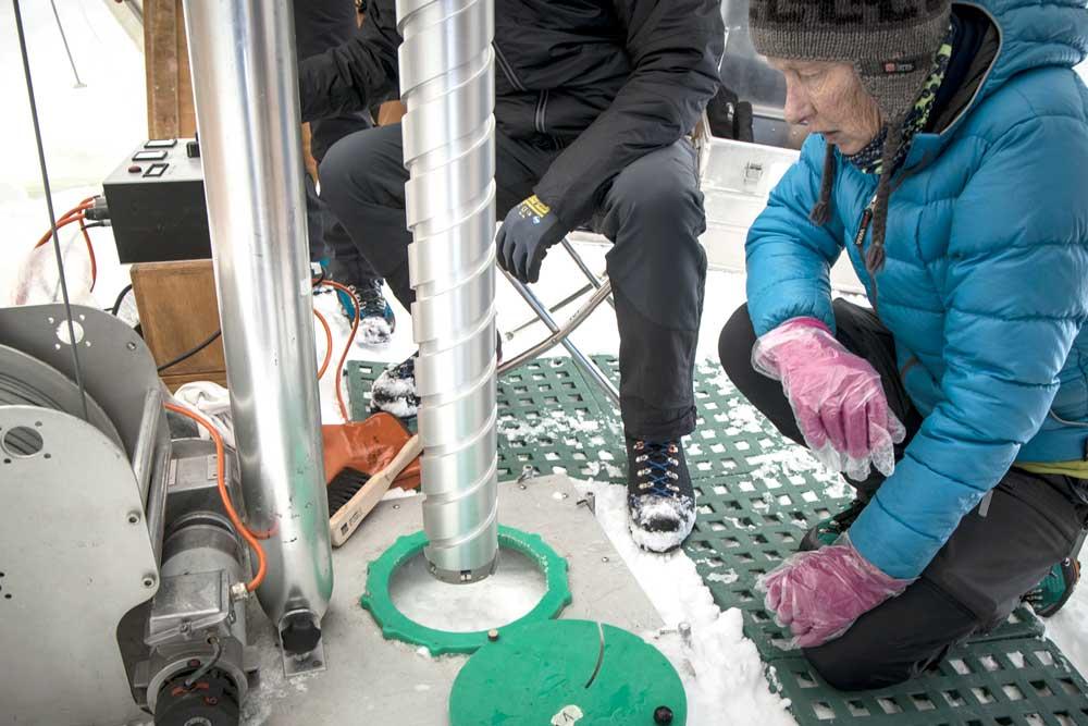 Cuộc chạy đua thu thập lõi băng của các nhà khoa học -0