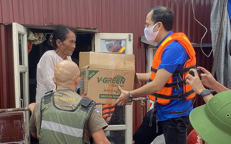 Trao gần 100 triệu đồng nhu yếu phẩm hỗ trợ người dân ven sông Hồng -0