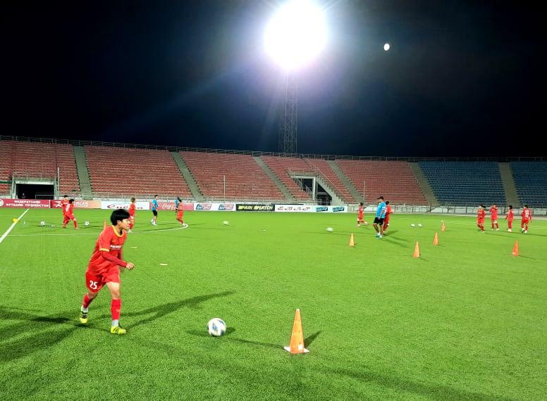 Đội tuyển nữ Việt Nam tập buổi đầu tiên, làm quen khí hậu tại Dushanbe -0