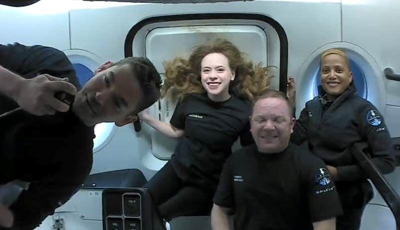Phi hành đoàn dân sự đầu tiên hạ cánh an toàn sau ba ngày du hành quỹ đạo -0