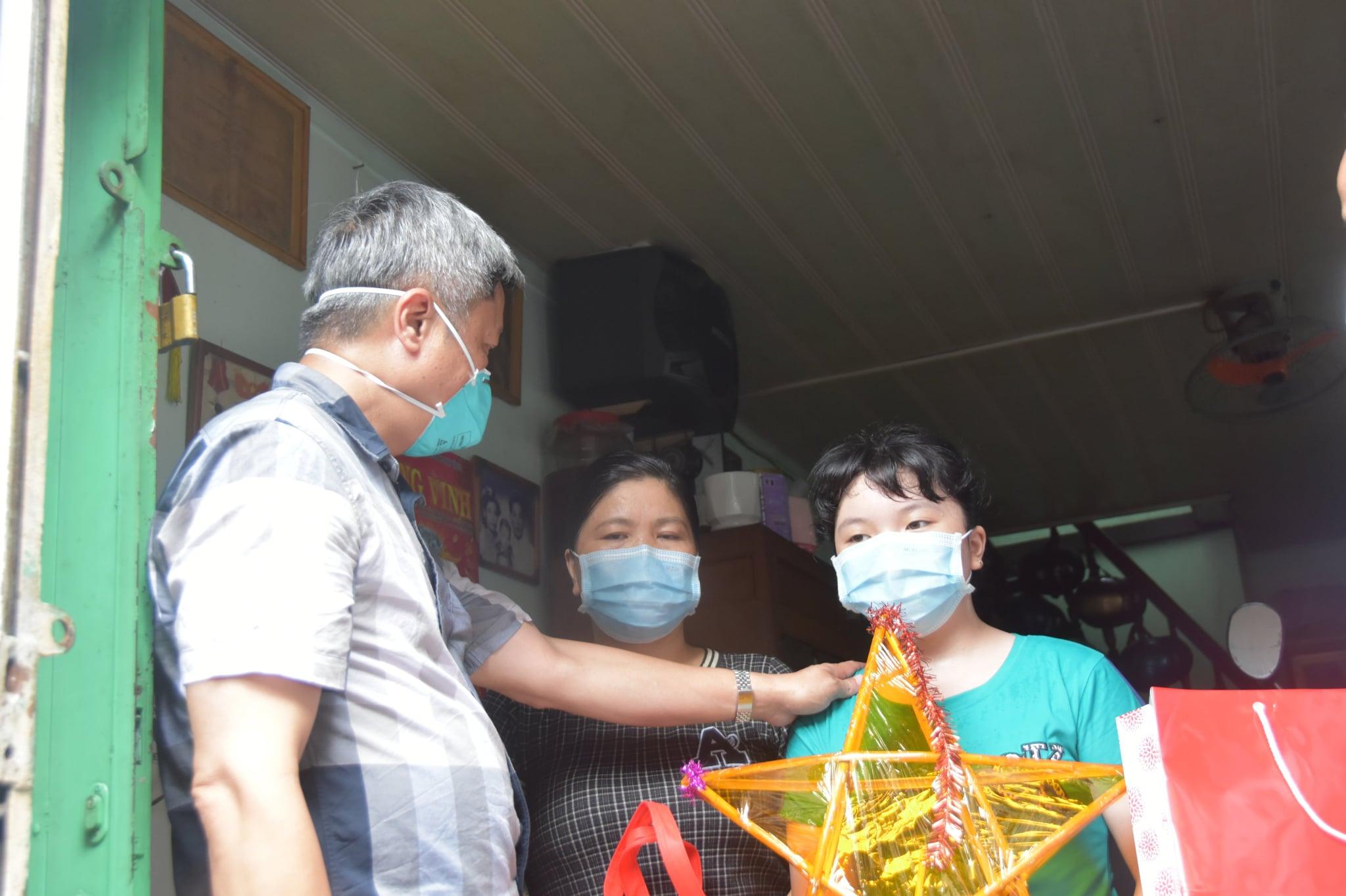 Thứ trưởng Nguyễn Trường Sơn thăm và tặng quà các em nhỏ có người thân mất do Covid-19 -0