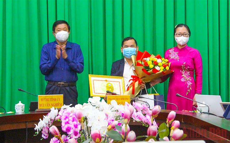 Tặng 500 máy tính bảng cho học sinh khó khăn ở Vĩnh Long -0