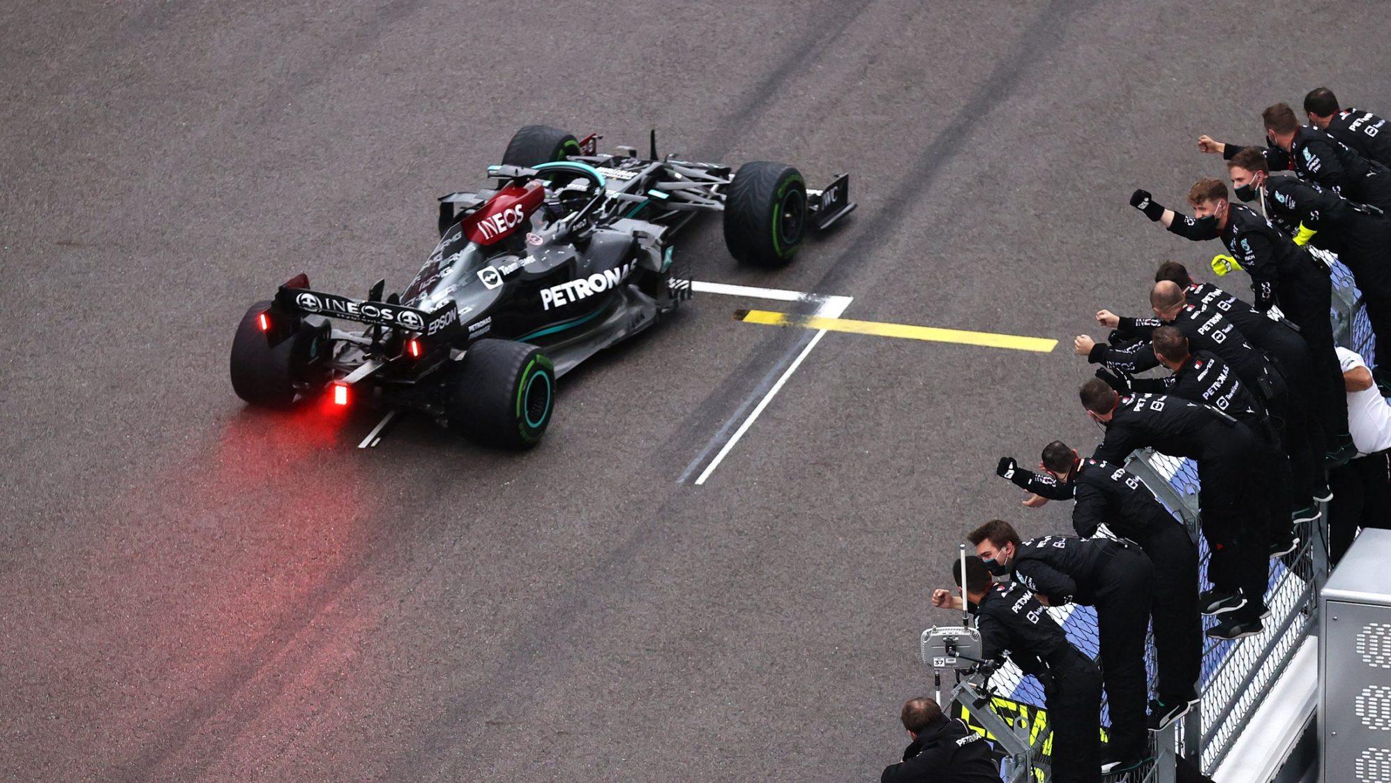 Lewis Hamilton cán mốc 100 chiến thắng -1